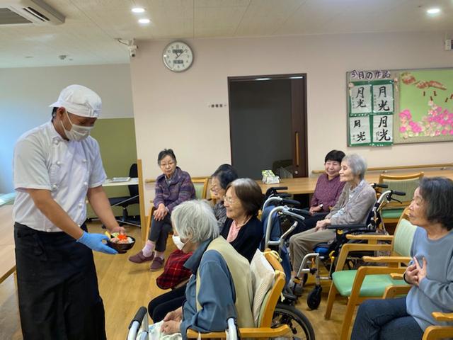 10月16日(金)「皇帝ぺんぎん食堂」を開催しました|デイサービスのレクリエーション