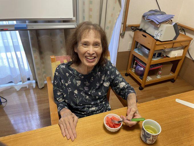 静岡市清水区御門台デイサービスのすいか割り後の食事の様子